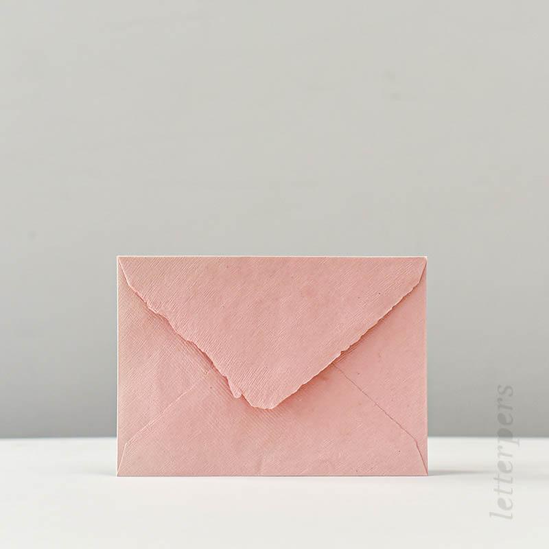 Handgeschepte roze enveloppen