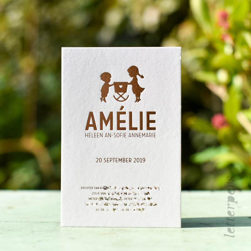 Geboortekaartje zusje Amelie, met zus en broer kijkend in het wiegje.