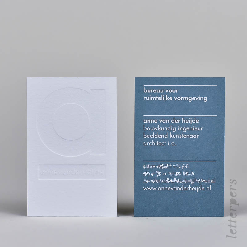visitekaartje met blinddruk en blauwtint achterkant
