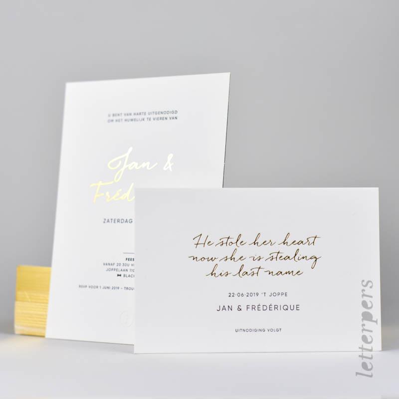 Trouw uitnodiging met goud folie aan de zijkant en letterpress.
