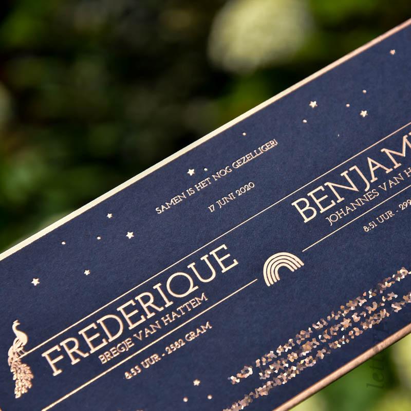 Geboortekaartje voor tweeling Frederque en Benjamin, op donkerblauw papier met glimmend koperfolie