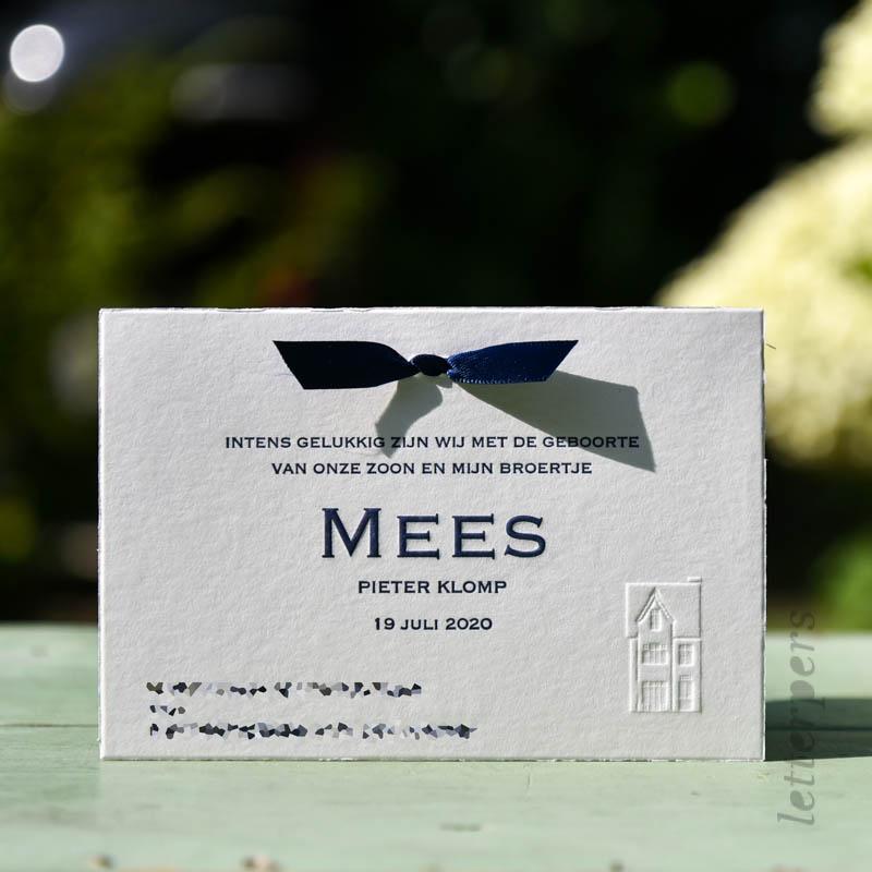 Een klassiek geboortekaartje voor jongen, broertje Mees, met een blauw strikje.