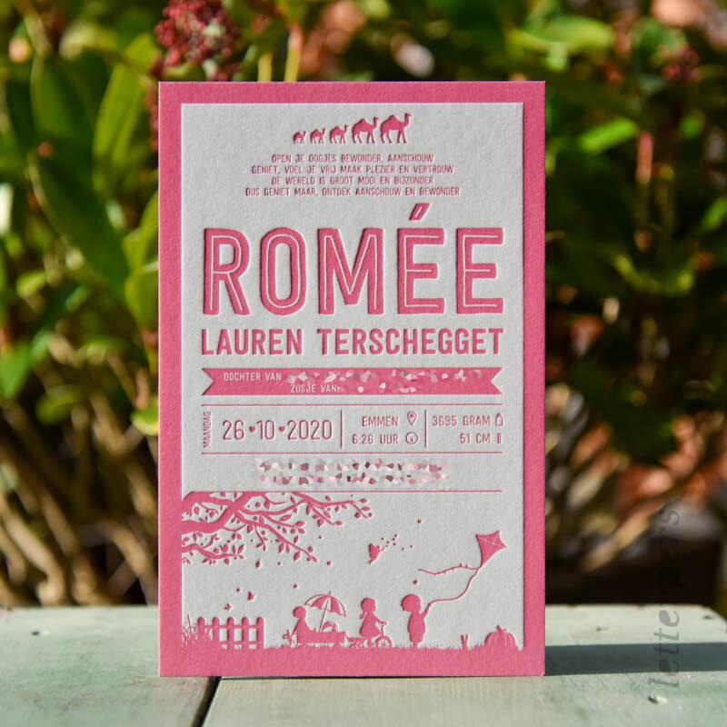 fluor roze geboortekaartje met letterpress