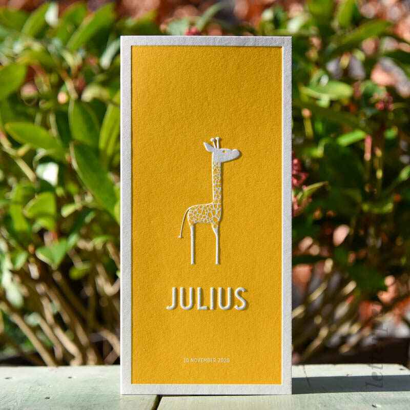 geboortekaartje geel met giraffe