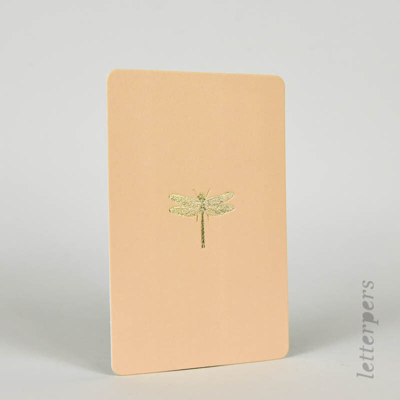 libelle op een oudroze kaartje